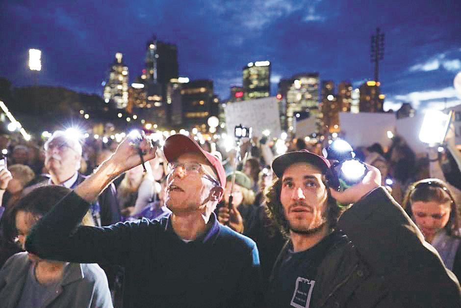 逾千名反對者周二晚用射燈及電筒照射外牆,破壞投射影像。澳洲廣播公司