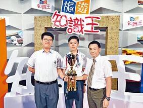 佛教大雄中學中四生葉展圖和盧健昆勝出「旅遊知識王」大賽,校長招康明對他們的表現感驕傲。