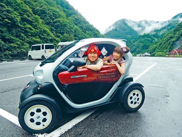 木哥及杏子駕駛可愛迷你電動車來到大步危的妖怪之里尋幽探秘。