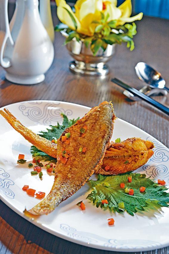 小黃魚須炸兩次,才能做到外脆內嫩的效果,宜佐飯送酒。