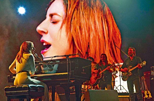 在鏡頭下、舞台上,自彈自唱,Lady Gaga演回歌手角色,做回自己,也是真情流露。