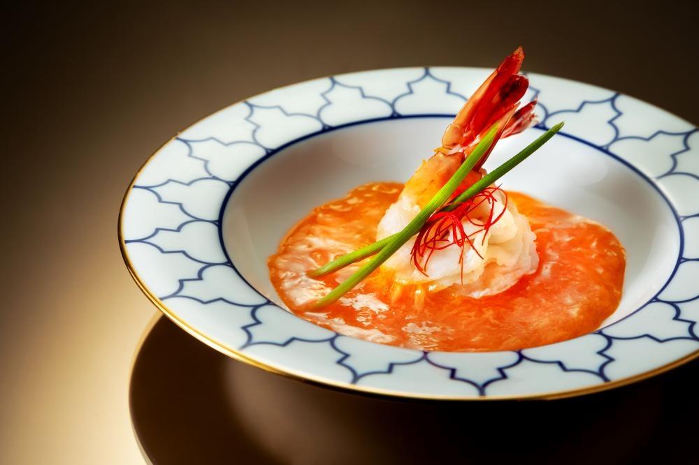 艶陽映照海龍皇 爽口彈牙的老虎蝦,配上蒸蛋白及甘香的蟹皇汁,鮮甜味美。