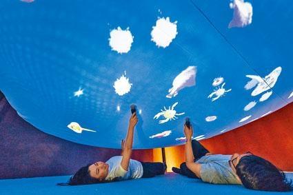 參觀者在互動展品「海錯奇珍」,可以置身海底世界,近距離看到古畫中的海洋生物。