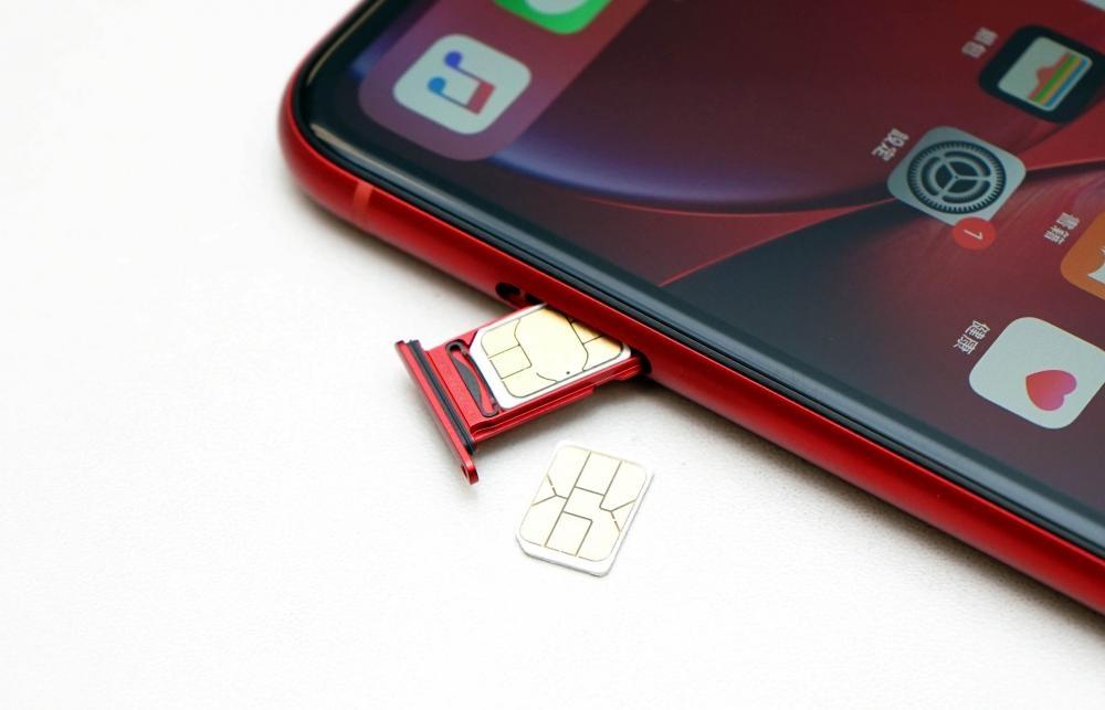 正反設計的雙卡槽可同時插入兩張nano SIM。