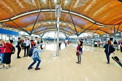 以波浪形設計為主題及不需「走上走落」為特色的香港口岸,成為旅客在出境前的打卡熱點。