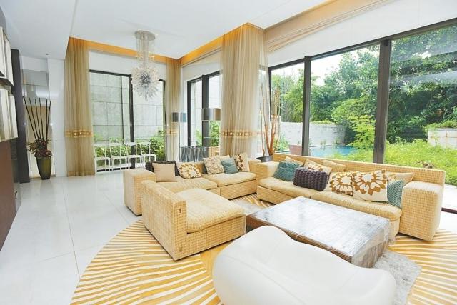 ■大廳中央置有數張淺色沙發,一旁的落地大玻璃窗,大廳光猛開揚。