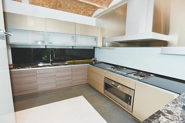 ■廚房修長闊落,備有各種爐具及上下層廚櫃。