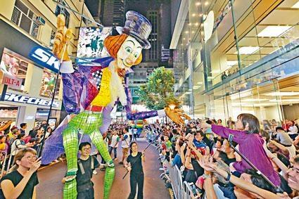 今年「渣打藝趣嘉年華」的「夜光巡遊」,將有十四組夜光藝術作品供市民欣賞。