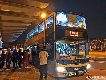 港珠澳大橋珠海口岸到晚上,仍有不少市民排隊乘搭金巴前往香港口岸。