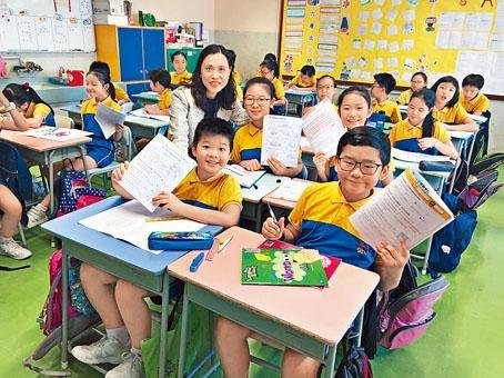校長陳詠賢(後)表示,下午設功課導修堂後,學生比以往輕鬆不少。六年級生陳冠煊(前右)認同,多了自由活動時間。
