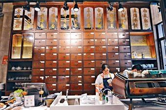 具百年歷史的百子櫃得以保留,與新店完全沒有違和感,是Henry及設計師的功勞。