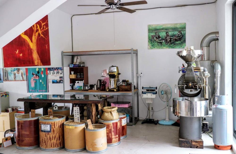 一進門口,便是他的「蔡李陸咖啡」工場,牆上掛着一幅繪畫三位合夥人蔡明亮、李康生、陸弈靜的畫作。