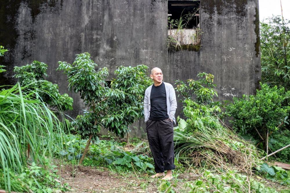 蔡明亮二○一四年遷進了那個位於山上的屋子,旁邊還有未修葺的廢屋。