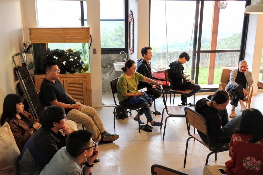 訪問那天,蔡明亮正跟一群學生上課。