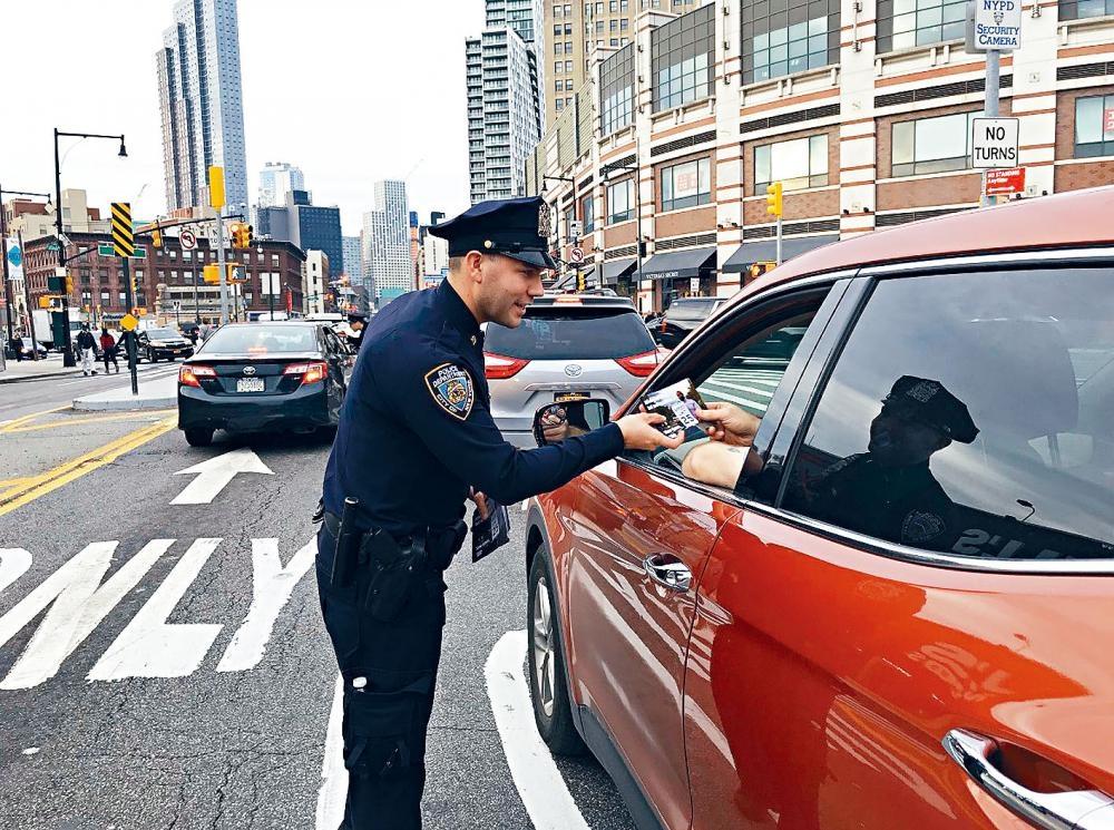 市警加強宣傳路面安全,呼籲司機小心駕駛。推特圖片