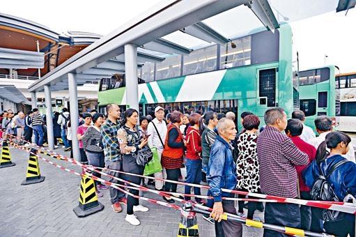 ■出東涌的B6巴士站有約二百名乘客排隊等候。