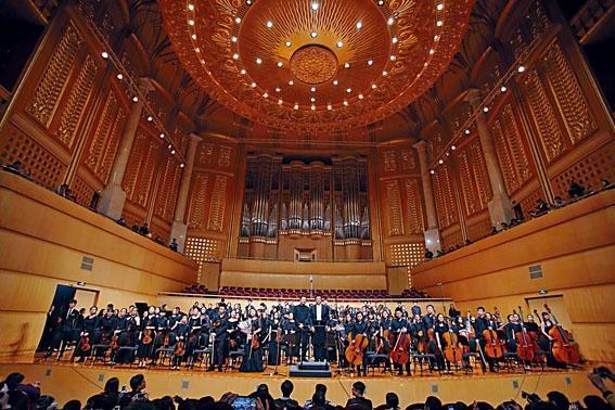 在「閃耀香港2018」中,香港拔萃女書院交響樂團與武漢音樂學院東方少年交響樂團攜手演出後謝幕時攝。