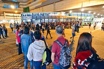 大批旅客逼爆東涌巴士站。