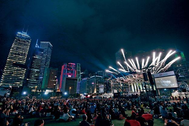 去年太古《港樂‧星夜‧交響曲》戶外音樂會壓軸煙花匯演,場面震撼。(©Keith Hiro)