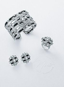 以黑白鑽石相間鑲嵌的手鐲、耳環及指環,打造出對稱的綫條,帶出規律美。