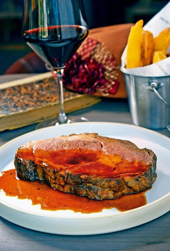 美國農業部認可頂級肉眼扒,餐廳設有開放式慢烤爐,每天供應兩至三款慢烤肉,廚師推出「牛扒車」,在客人面前即席切好奉上,新鮮熱辣。