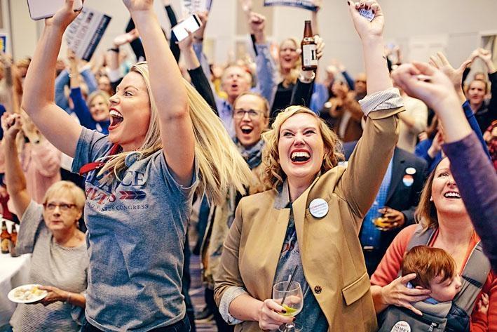 民主黨眾議員候選人戴維茲在堪薩斯州擊敗尋求連任的共和黨對手約德後,支持者歡呼雀躍。