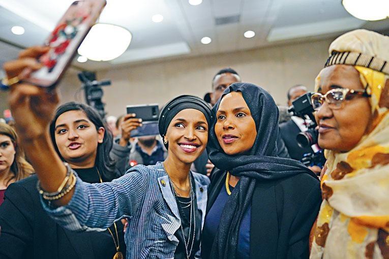 在明尼蘇達州勝出的民主黨穆斯林奧馬爾,當選國會議員後與支持者自拍留念。