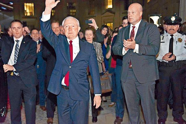 已辭去司法部長的塞申斯周三在司法部,獲逾百名幕僚拍掌送別。