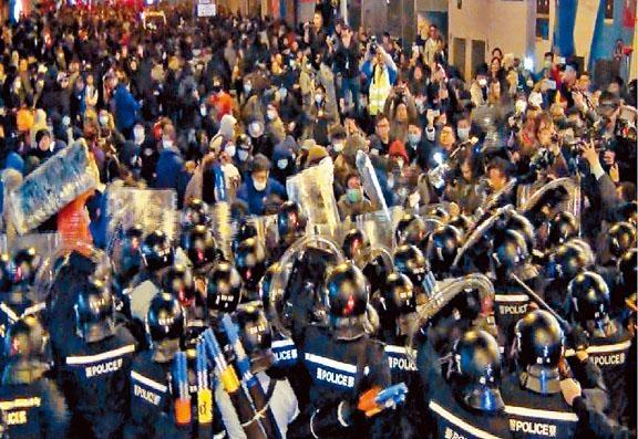 當晚集結人士數度衝擊警方防及投擲雜物。