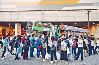 港珠澳大橋通車後,東涌不少巴士站逼爆內地旅客。