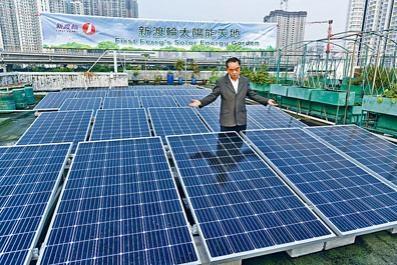 新渡輪董事兼總經理蔡柏榮介紹辦公大樓天台「太陽能天地」。