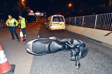 休班警所駕電單車與警車相撞後翻側。