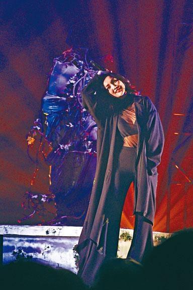 謝安琪於前晚的音樂會上不乏性感演出。