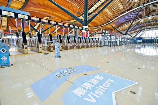 港珠澳大橋香港口岸未設跨境生專用通道,教育局稱正與相關部門研究具體細節。