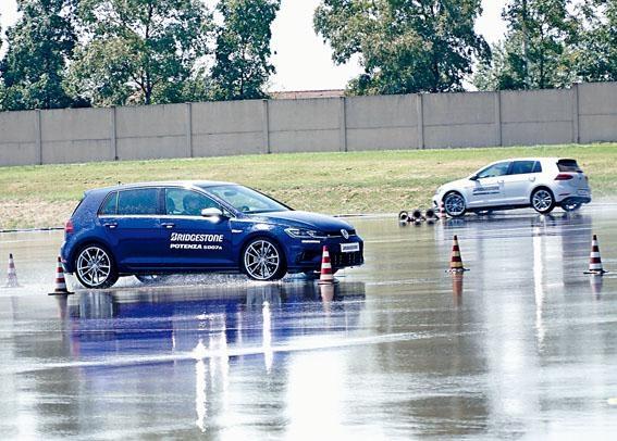 廠方安排兩部高性能福士Golf R,讓傳媒測試最新S007A及舊款S001輪胎於濕地操控表現的分別。