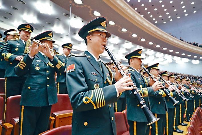 中國國歌《義勇軍進行曲》由田漢與聶耳合作創作。圖為中國軍樂團於北京人民大會堂內高奏國歌。