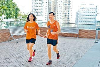 蔡浩良步履不停,源於想證明殘疾人士也可完成艱難任務;左為領跑員Veronica。