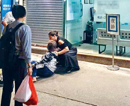 女子在診所外暈倒,熱心路人上前施援。