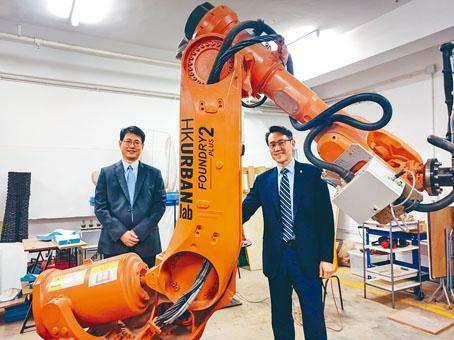■高為元(右)與趙汝恆均指人工智能應用廣泛,例如建築現時已可計算出程式,利用特殊機器「打印」磚頭。