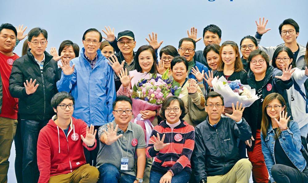 ■陳凱欣以十萬六千多票當選,建制派人士以及她的前上司高永文(左一)等一同上台大合照。