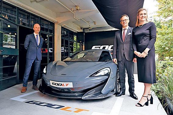 (左起)McLaren全球傳訊及公關總監Wayne Bruce、McLaren HK總經理Daniel Peters、McLaren亞太區市場主管Charlotte Dickson,一同主持新車發布會。