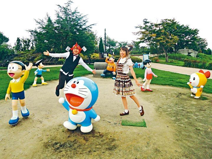 ●木哥和杏子跟公園的《多啦A夢》主角造像作互動。
