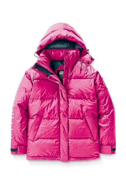 ●Approach系列女裝桃紅色羽絨外套/$6,800,設計靈感源自品牌經典的Skreslet Parka大衣,採用寬鬆舒適的剪裁。(Canada Goose)