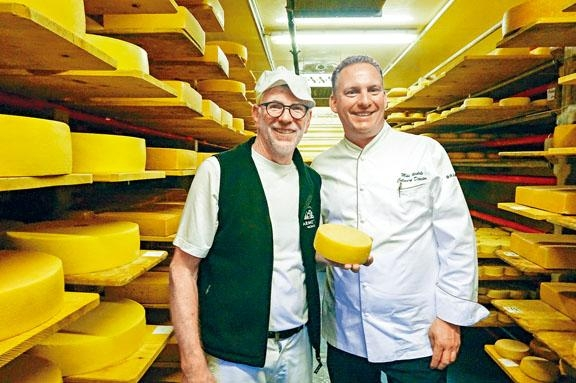 酒店大廚Mike跟芝士農Sepp Barmettler合作無間。