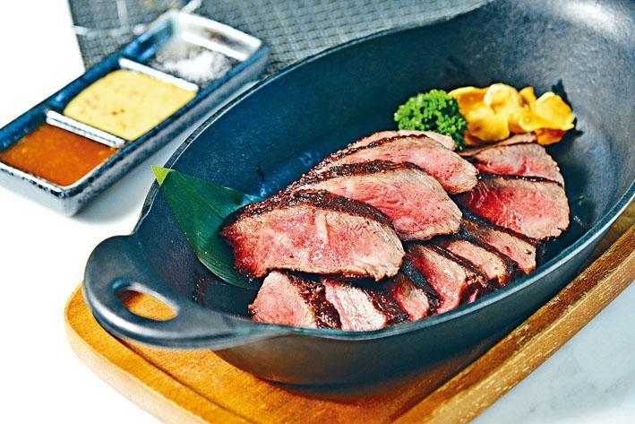 澳洲和牛純種M9+西冷,西冷約五成熟,內裏是粉嫩迷人的淡紅色,每口都是香甜肉汁。