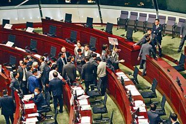 多名民主派議員在場高叫口號抗議,先後被逐離場。