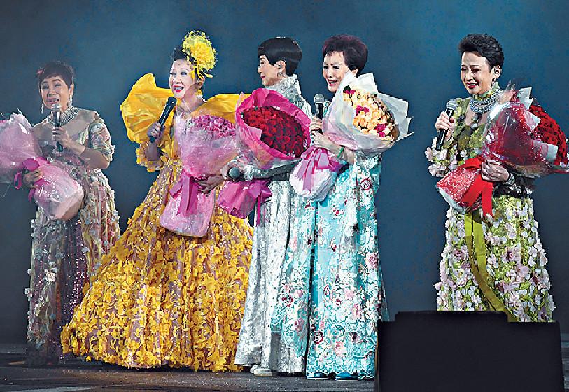 ■家燕姐聯同(右起)馮素波、沈芝華、陳寶珠和和王愛明(右一)一齊合唱。