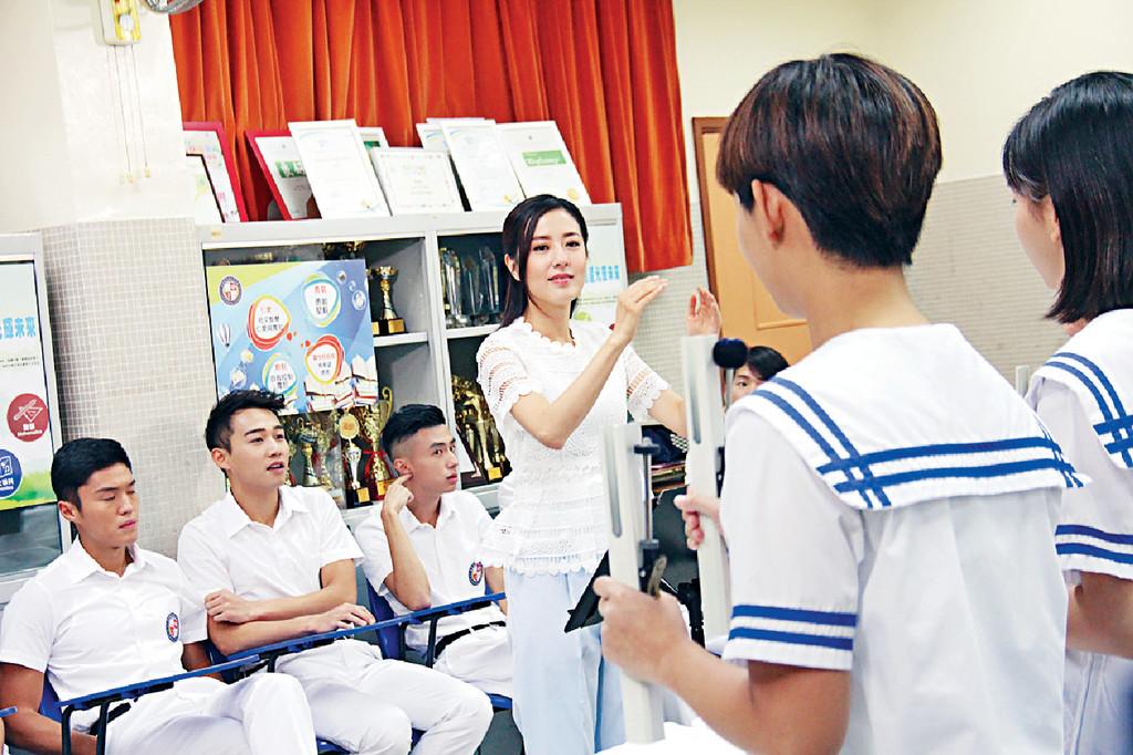 ■Miss Chan唐詩詠教學生練手鐘提升默契,不過卻被後面的反叛男生丁子朗等藐爆。