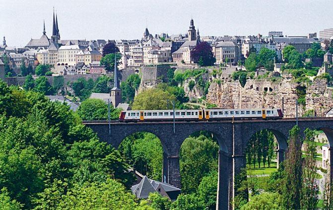 有軌電車穿越盧森堡舊城。