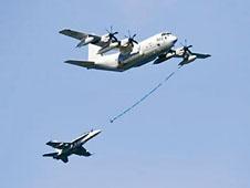 美軍KC-130空中加油機與F/A-18大黃蜂戰機。